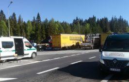 Samochody kontrolne na przejściu granicznym w Chyżnem.
