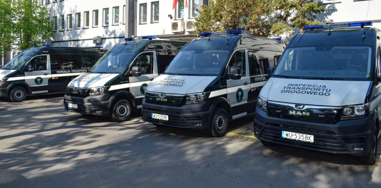 Samochody kontrolne przed budynkiem WITD Kraków.
