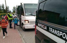 Inspektor kontroluje autobus szkolny.