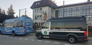 Samochód kontrolny WITD Kraków przed szkołą.
