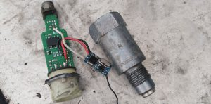 Niedozwolone urządzenie, impulsator tachografu powodujący jego zdalne wyłączanie w czasie jazdy pojazdu.