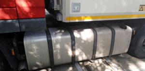 Zbyt duży zbiornik paliwa samochodu ciężarowego.