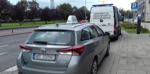 Taksówka zatrzymana do kontroli przez inspektorów ITD.