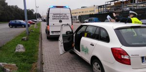 Inspektor podczas kontroli taksówki.