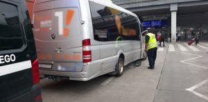 Inspektor kontroluje sprawność techniczną mikrobusu.