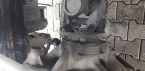 Do impulsatora znajdującego się na skrzyni biegów założony był magnes.