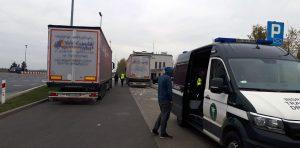 Samochódy ciężarowe zatrzymane do kontroli.