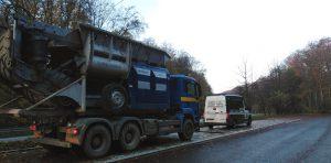 Przeciążony samochód ciężarowy zatrzymany do kontroli.