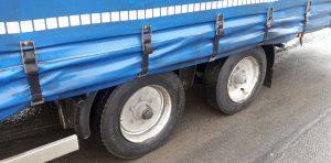Nadmiernie zużyty bieżnik opony, widoczny oplot drutów stalowych, znaczące uszkodzenia i pęknięcia.