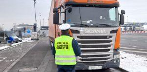Samochód ciężarowy zatrzymany do kontroli przez Inspektora ITD.