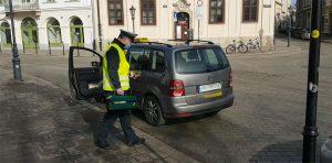Inspektor weryfikował spełnianie dopuszczalnych norm emisji spalin.