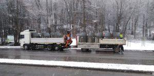 Przeciążony samochód ciężarowy z naczepą.