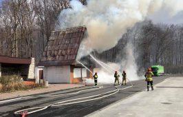 Akcja gaszenia płonącego zajazdu.