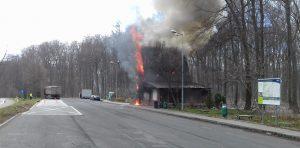 Inspektorzy obudzili kierowcę ciężarówki zaparkowanej obok płonącego zajazdu.
