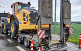 Inspektorzy zatrzymali do kontroli pojazd członowy, którym wykonywano przewóz ładowarki kołowej.