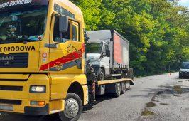 Pojazd wraz z ładunkiem opuścił parking na odpowiednio dostosowanym pojeździe pomocy drogowej.