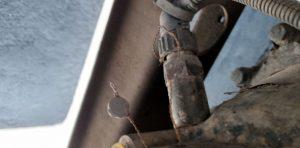 Uszkodzona plomba na impulsatorze skrzyni biegów.