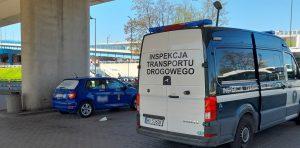 Taksówka zatrzymana do kontroli przez inspektora ITD.