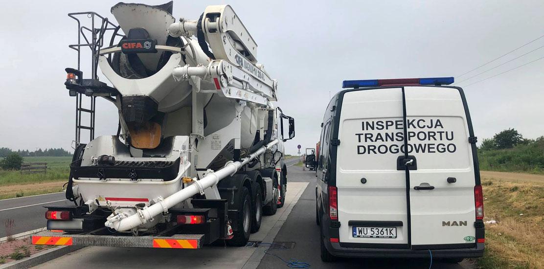 Inspektorzy zatrzymali do kontroli betoniarkę z pompą do betonu.