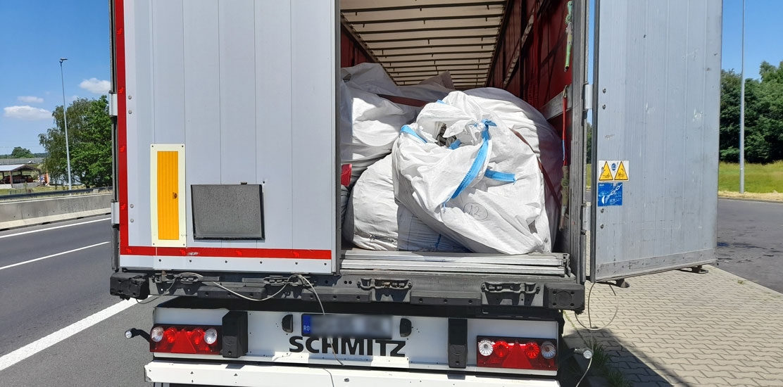 Zestaw nie posiadał oznakowania wymaganego w związku z przewozem odpadów.