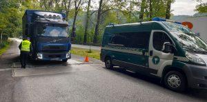 Samochód ciężarowy wjeżdża na wagę.