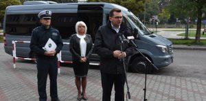 Wojewoda małopolski Łukasz Kmita, małopolski wojewódzki inspektor transportu drogowego Paweł Kucharczyk, dyrektor Szkoły Agnieszka Rudol.