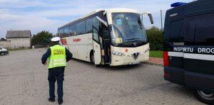 Inspektorzy pojechali na kontrolę autobusu przewożącego dzieci ze szkoły na basen.